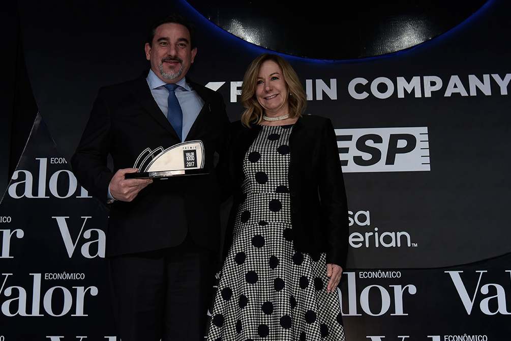 O presidente executivo da Copersucar, Paulo Roberto Souza, recebe o prêmio de Vera Brandimarte, diretora de Redação do Valor. Foto: Flávio Santana/Biofoto